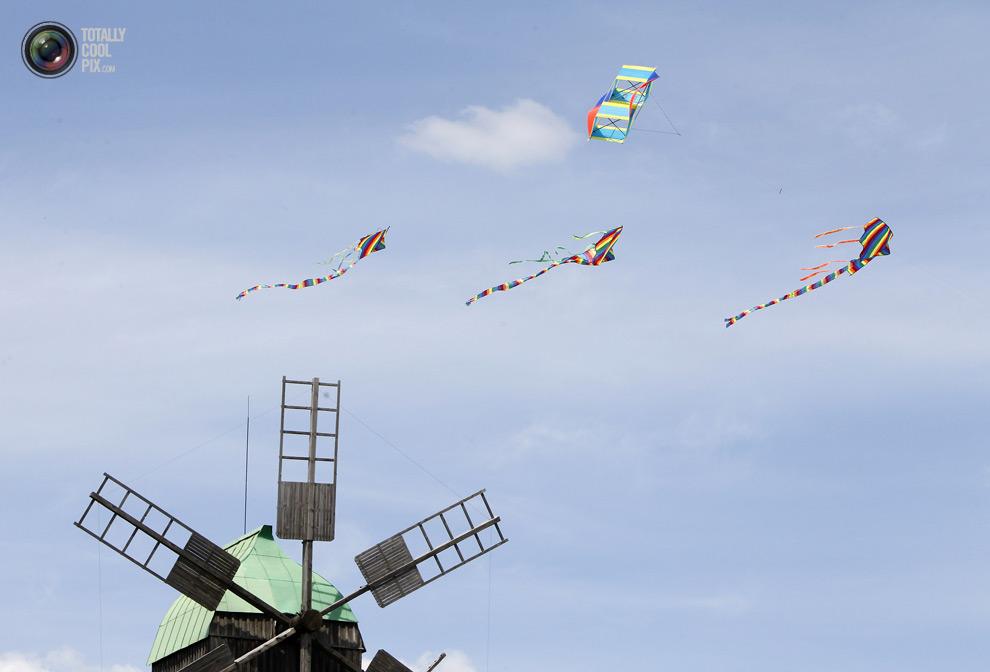 Χαρταετοί πετούν πάνω από το μύλο κατά τη διάρκεια του φεστιβάλ της χαρταετούς στο εθνογραφικό μουσείο στο Κίεβο. (Γκλεμπ GARANICH  Reuters)